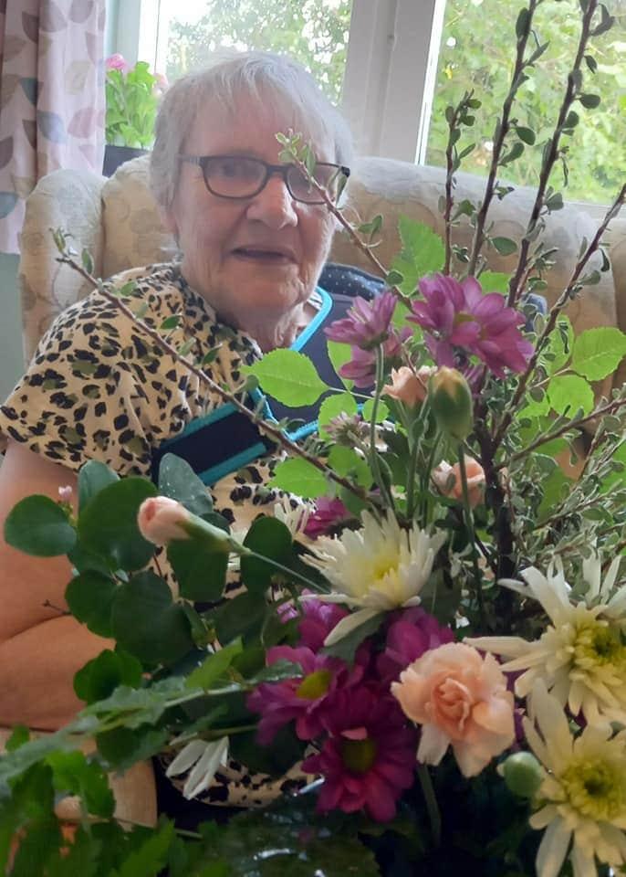 lady doing floristry at Summerdyne
