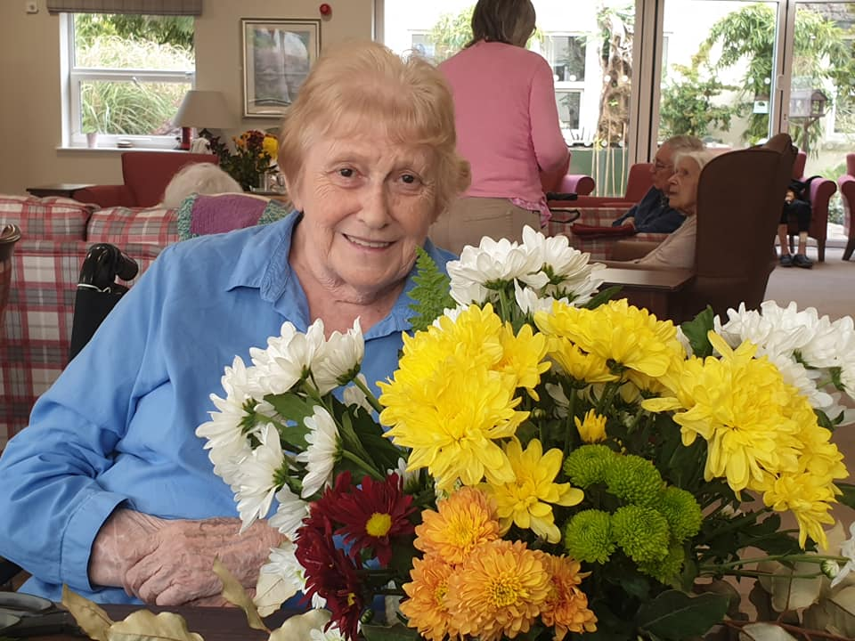 floristry lady in blue shirt